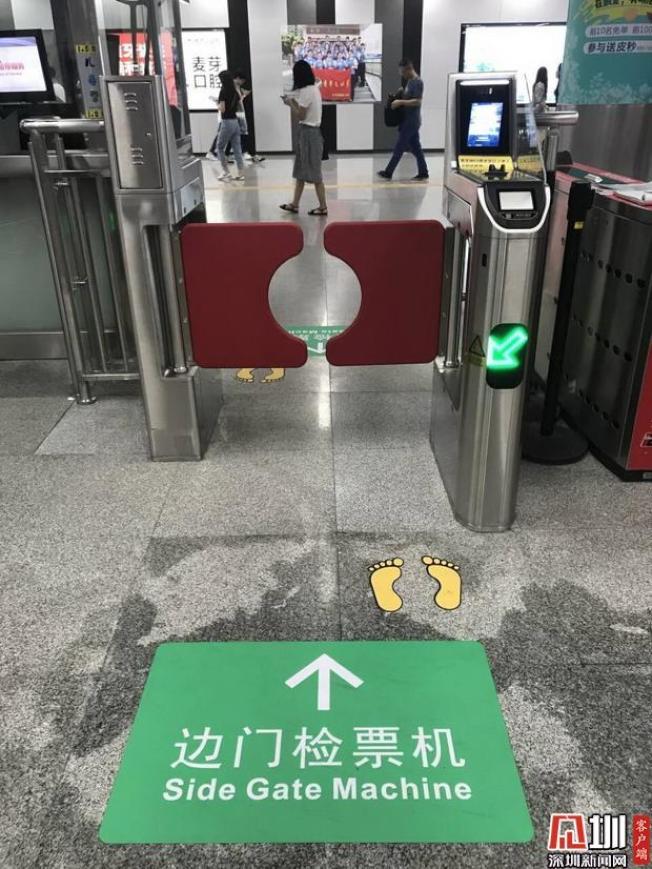 11號線目前設置的邊門檢票機,60歲以上老人經註冊後,可由邊門「刷臉」過閘。(取材自深圳新聞網)