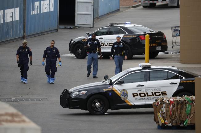 紐約時報統計,今年5月底到9月初,全美發生26起大規模槍擊案,總共126人喪生。圖為8月6日德州艾爾帕索槍擊案後,警方在現場附近巡查。美聯社