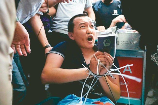 環時記者付國豪在香港採訪遭襲,圖/取自路透社