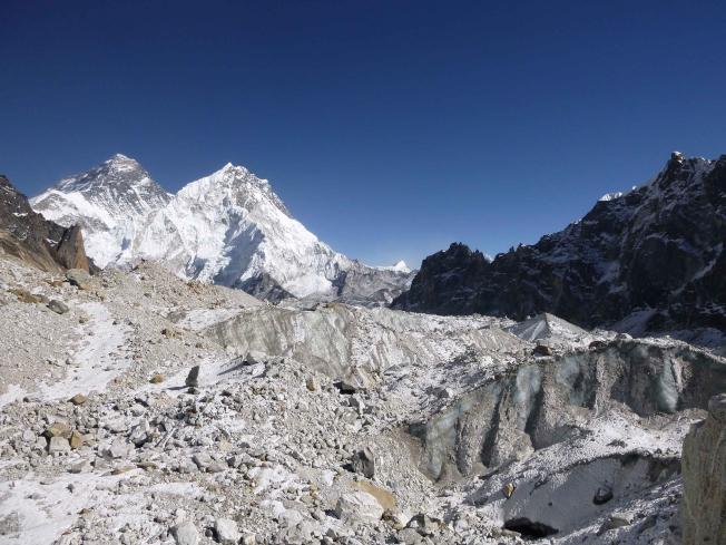 最新研究顯示,喜馬拉雅山脈冰河本世紀的融化速度加快一倍,逾四分之一的冰層在過去40年間消融不見,恐危及十億人口用水。(美聯社)