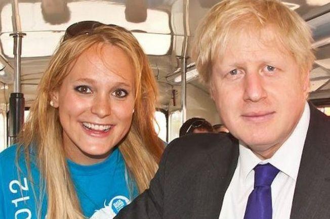英國首相強生(右)被指控擔任倫敦市長期間,把公款撥給好友阿爾基芮(左)但未申報利益衝突。圖為強生2012年競選市長時,與阿爾基芮合影。取自臉書