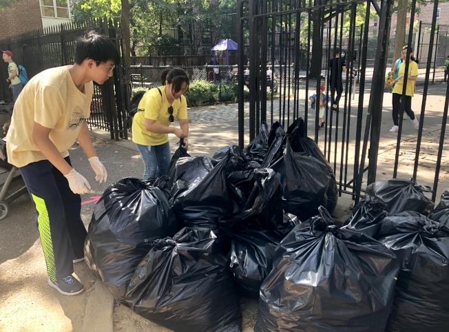 義工們清理出很多袋垃圾。(記者朱蕾/攝影)