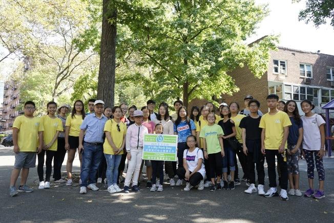 由兒童和家長數十人組成的義工團隊義務清潔楓林運動場。(紐約親子互助會提供)