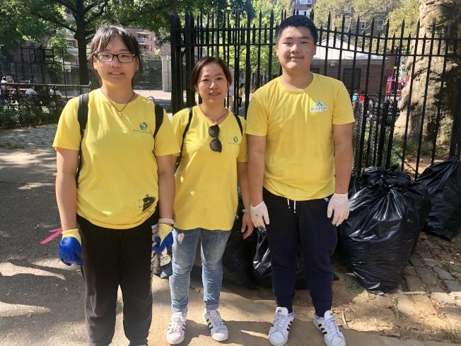 朱遠鋒(中)和她的兩個孩子已堅持做義工近三年。(記者朱蕾╱攝影)