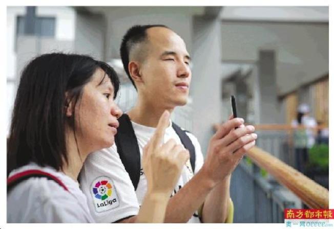 李金古在從化南平村進行創作,義工全程陪同他。(取材自南方都市報)