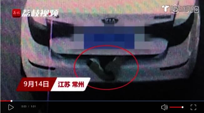 常州警方發現一兩自小客,後車廂上掛了一雙人的腳,一度懷疑是「廂屍案」。(荔枝新聞)