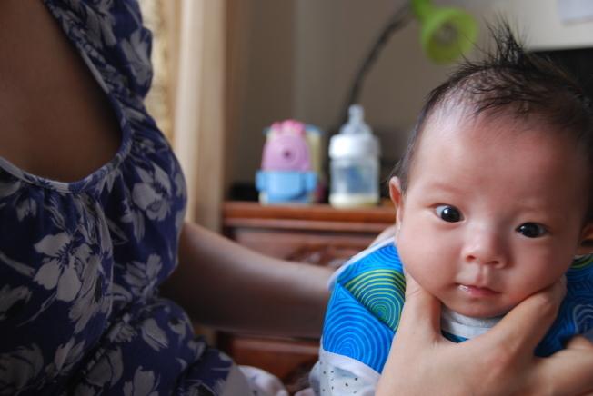 照顧新生兒的月嫂,工作時間往往長達十幾個小時。(本報檔案照)