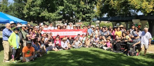 橙縣僑界發起連署活動,同心支持台灣加入聯合國,取得僑界人士的連署。(橙僑中心提供)