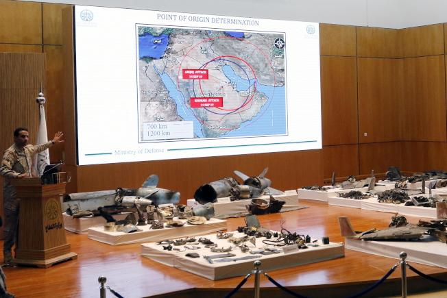 沙國18日在首都利雅德召開記者會,展示攻擊油田的飛彈殘骸,指稱攻擊與伊朗有關。(歐新社)