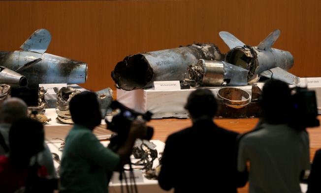 沙國18日在首都利雅德展示攻擊油田的飛彈殘骸,指稱攻擊與伊朗有關。(路透)