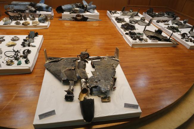 沙國18日在首都利雅德展示攻擊油田的飛彈殘骸,指稱攻擊與伊朗有關。(美聯社)
