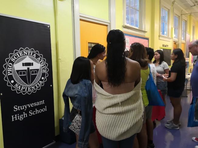 史岱文森高中深受華裔學生喜愛,攤位前擠滿諮詢的學生和家長。(記者黃伊奕/攝影)