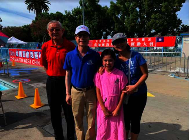 美國中華體育聯誼會理事長高啟正(左一)、經文事處副處長翁桂堂(左二)和11歲的黃衍程與和她的母親合影。(記者張越/攝影)