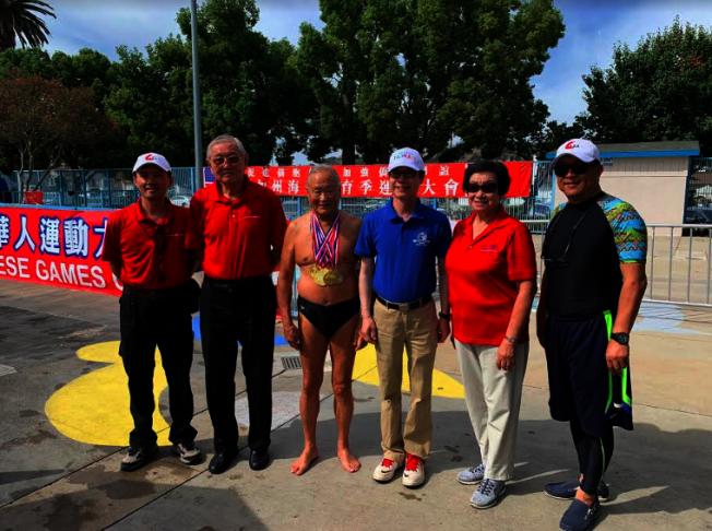 95歲的參賽者曹興康,獲得美國華人運動會游泳錦標賽七面金牌。(記者張越/攝影)