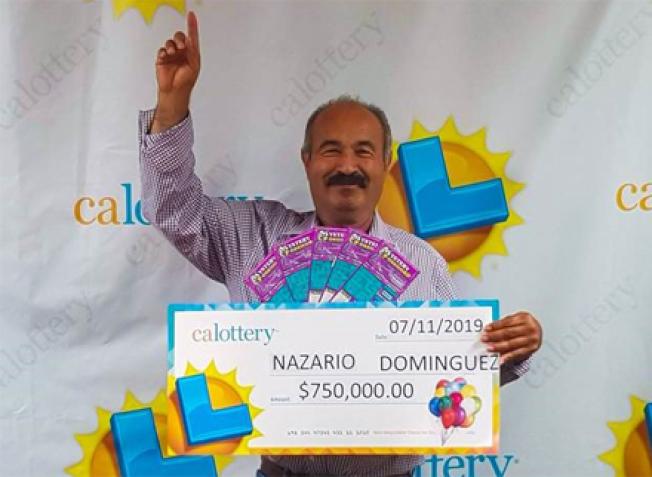 多明奎茲領取「大支票」振臂歡呼。(加州彩券局提供)