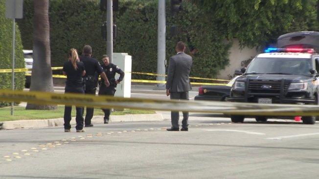 聖瑪利諾22日發生兩名駕駛不滿衍生的道路事件,一名駕駛開槍傷了自己,據信為阿罕布拉市警局一名休班警員。圖為警方人員在現場調查。(KTLA)