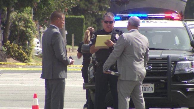聖瑪利諾22日發生兩名駕駛不滿衍伸的道路事件,一名駕駛開槍傷了自己,據信為阿罕布拉市警局一名休班警員。圖為警方人員在現場調查。(KTLA)