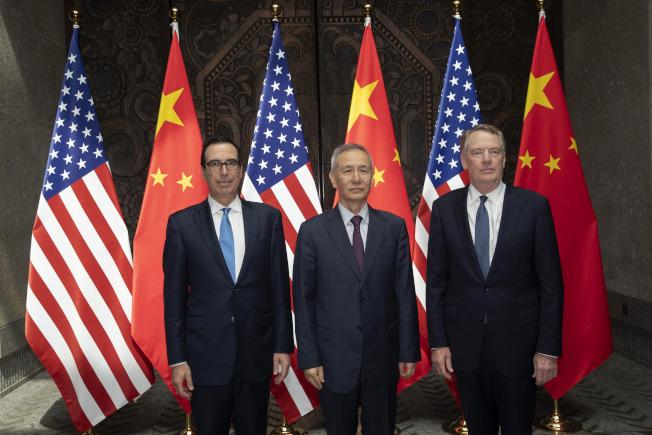中國國務院副總理劉鶴(中)訂10月10日前後到達華府,與美國貿易代表賴海哲(右)、財政部長米努勤再度碰面展開新一輪談判。圖為三人今年7月在中國上海展開會商前合影。  美聯社