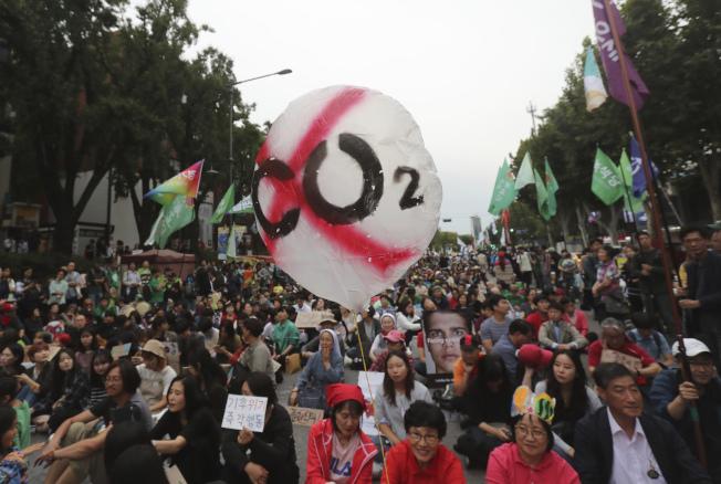 包括韓國在內的世界各國擔憂地球暖化與氣候變遷的人,這個周末同步舉行街頭示威, 提醒世人關注氣候危機,要求國際社會與領袖採取行動。圖為韓國首爾的示威聚會。(美聯社)