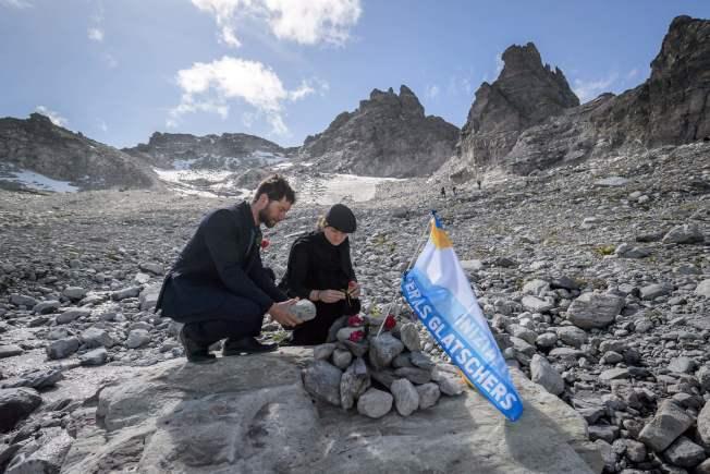 環保人士22日聚集在瑞士東部為Pizo冰川消失舉行追悼儀式。(Getty Images)