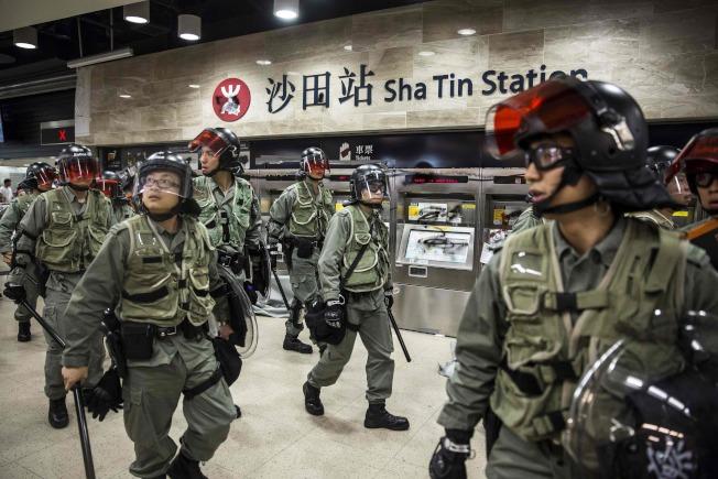 香港警察22日進入地鐵沙田站,驅散反送中示威者。(路透)
