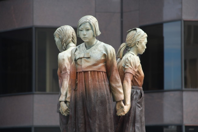 雕像的一部分,三名少女手牽手面朝外站在一起。(記者李晗 / 攝影)