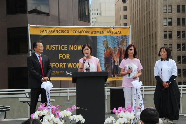 兩位退休法官鄧孟詩(左二)和郭麗蓮(右二)與韓國代表高呼要求日本道歉。(記者李晗 / 攝影)