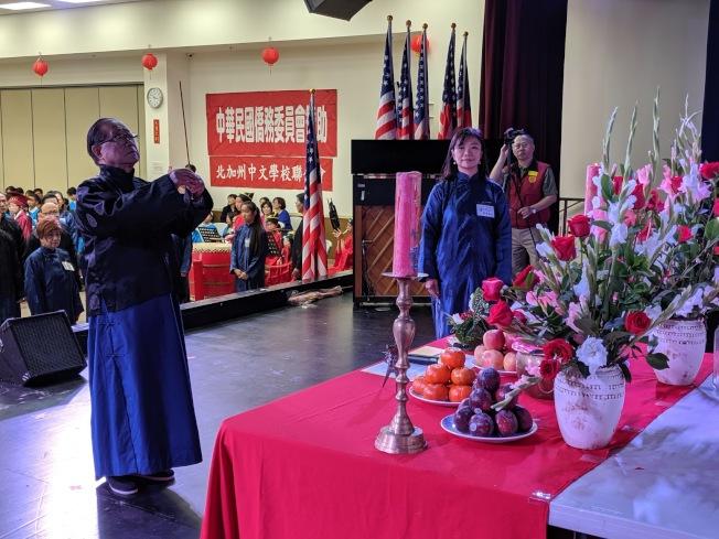 祭孔儀式由高長明(左)擔任主祭。(記者李榮/攝影)
