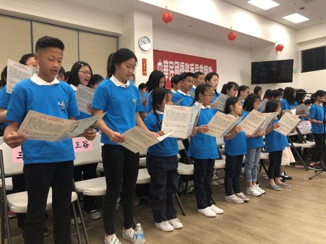 中文學校聯合會學生朗誦「弟子規」。(記者李榮/攝影)