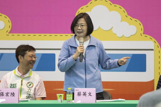 蔡英文總統22日指出,在台灣申請教職時候,提供所有文件讓教育單位審查,都符合當時要求取得證書、教職,且35年前的教育部絕對不是民進黨的,也不是蔡英文的。(記者王敏旭/攝影)