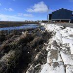 海水上升侵蝕海岸 阿拉斯加小鎮房屋、墓園移往高地