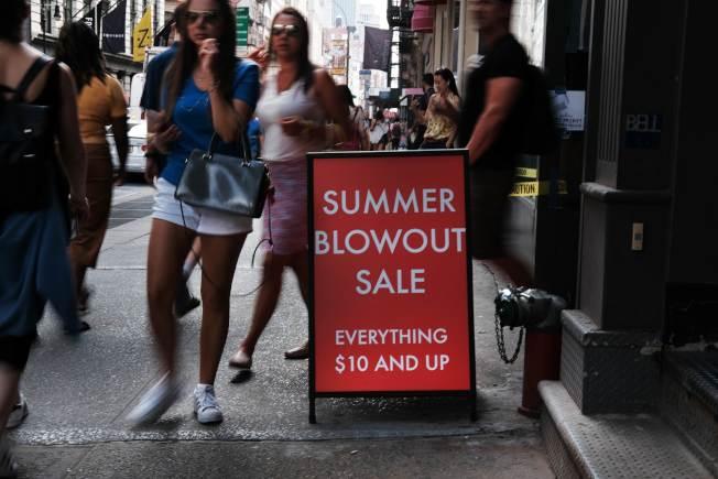 經濟學家及策略師預期,美國經濟負成長的時間點,將比多數投資人預期還早,將使市場歷經痛苦的跌勢。圖為紐約市商家日前推出的「夏季大減價」。(Getty Images)