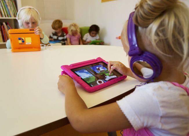 學齡前幼兒捧著平板看影片或玩遊戲,已成為日常生活的一部分。路透