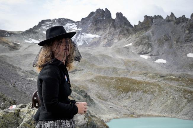 瑞士一名女子22日身穿喪服,參加比索爾冰川的「送葬」行列。冰川專家指出,比索爾冰川從2006年後失去80%至90%的體積,現在只剩不到26000平方公尺的冰,比四個足球場還要小。從科學角度來講,已經不再是一個冰川。Getty Images