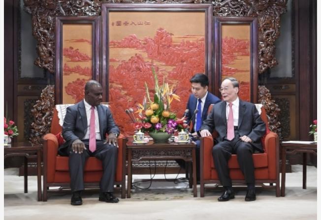 中國國家副主席王岐山23日在中南海會見索羅門群島外交部長馬內列。(新華社)
