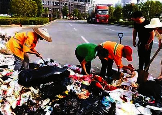 湖南女子吃螃蟹遺失價值3萬多元人民幣的婚戒,清潔工翻8噸垃圾助找回。(星島網)