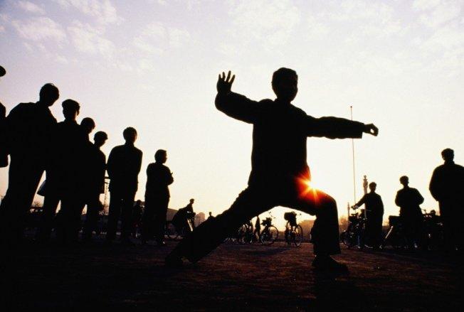 適當進行一些耐寒鍛煉,做些有氧運動,如登山、步行、打太極拳、騎自行車、跳舞等。圖/ingimage