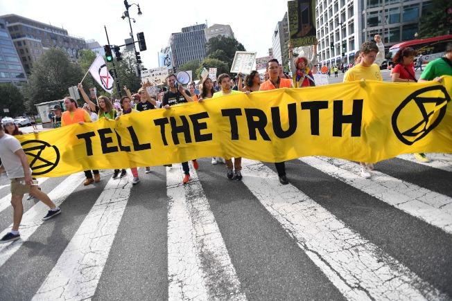 23日,環保運動人士封鎖華府主要交通樞紐,進行抗議。(Getty Images)
