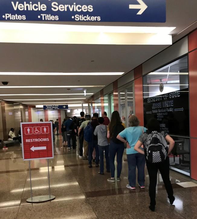 位於芝加哥州府大樓的監理站,每天幾乎都有民眾大排長龍辦理真實身分證。(特派員黃惠玲╱攝影)