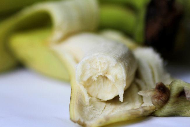 西雅圖律師希爾維亞.霍爾為了提早退休,不會買新鮮昂貴的香蕉,會盡量節省食物花費。(路透)