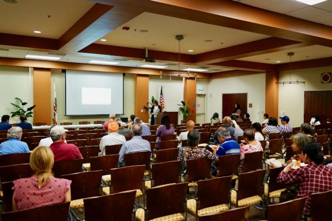 華裔耆老在阿市圖書館聆聽公共負擔講座。(記者陳開/攝影)