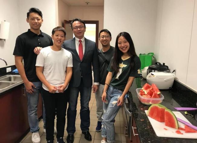 南佛州大學(USF)台灣同學與駐邁經文處處長錢冠州(中)合影。(孫博先提供)