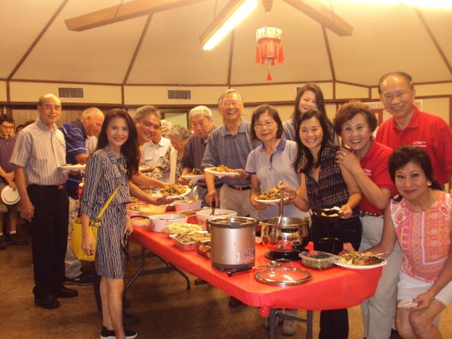 亨城台灣同鄉會日前舉行2019年中秋節晚會活動,該同鄉會會長陳志淵(後排右ㄧ)和與會者共同享用各家的拿手好菜。(記者陳幸蘋/攝影)