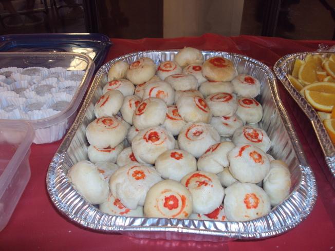 該同鄉會的婦女們,親手製作烘焙的正宗台式綠豆凸月餅。(記者陳幸蘋/攝影)