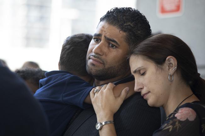 羅德格斯(左)留下一雙兒女在車中熱死 ,妻子在一旁為他打氣。(美聯社)