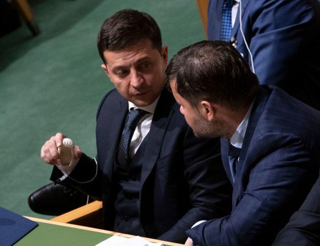 川普總統與烏克蘭總統澤倫斯基的電話門事件,在美國政壇掀起軒然大波。圖為澤倫斯基(左)當天在紐約出席聯合國大會。(Getty Images)