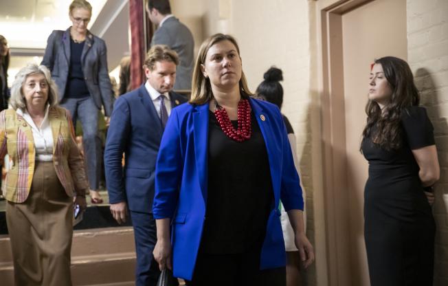 眾院民主黨團議員集會討論後,決定啟動彈劾川普總統程序。(美聯社)