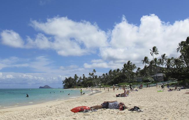民眾若想提早退休並存夠積蓄,需要減少度假開銷或改變生活型態;圖為夏威夷度假勝地凱魯(Kailua)。(美聯社)