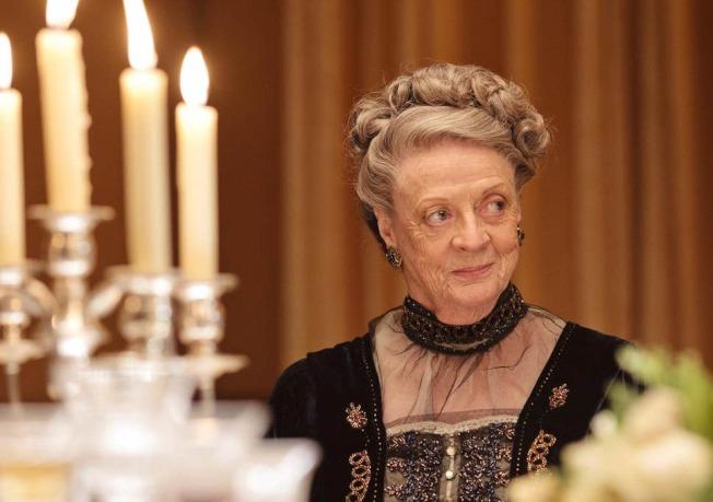 84歲的瑪姬史密斯曾憑藉此角色獲得過艾美獎最佳女配角,這次依然擁有精采的台詞。(圖:焦點公司提供)