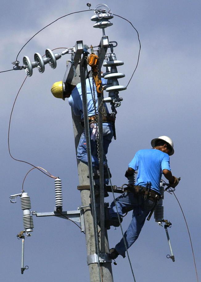 24歲的桑奇士為了讓父母退休,也為自己能早點不為謀生所苦而打三份工,他的正職是高架電線線務員。(Getty Images)